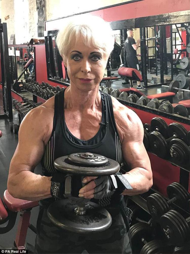 Bà Angela sở hữu số đo bắp tay là 36 cm cùng vòng hông 68,8 cm.
