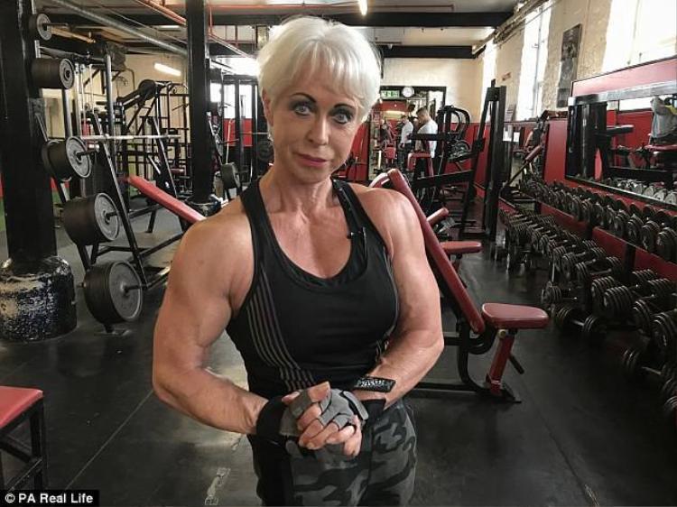 Nhờ thường xuyên luyện tập kết hợp cùng chế độ ăn lành mạnh, bà Angela có vẻ ngoài trẻ hơn rất nhiều so với tuổi thật.