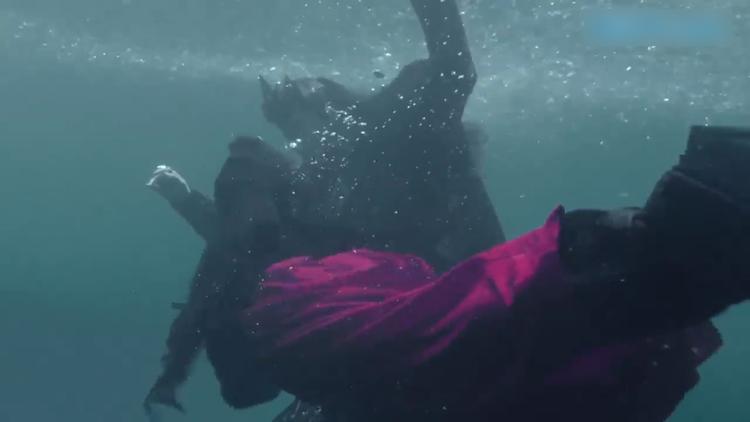 """Lại thêm một cảnh dưới nước, chỉ thiếu một nụ hôn truyền dưỡng khí nữa là """"cover"""" y nguyên tập trước."""