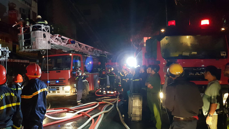 Lực lượng chức năng nhanh chóng có mặt tại hiện trường dập tắt đám cháy (Nguồn: Soha.vn)