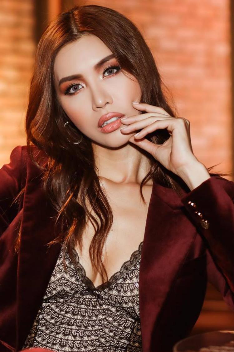 """Sở hữu nét đẹp """"Tây"""", đôi môi tều đúng chuẩn, vóc dáng sexy, Minh Tú luôn biết khai thác triệt để hình thể của mình bởi những bộ suit gợi cảm mỗi khi xuất hiện."""