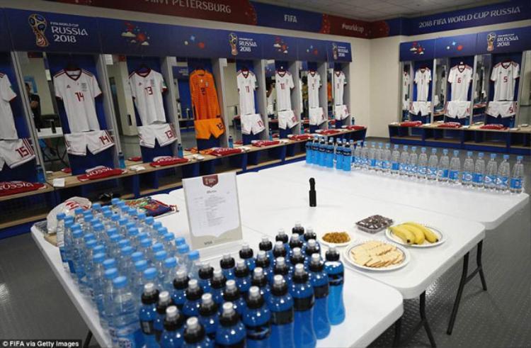 Phòng thay đồ tiêu chuẩn của các đội tuyển tại World Cup 2018 đều có sẵn nước uống và đồ ăn nhẹ.