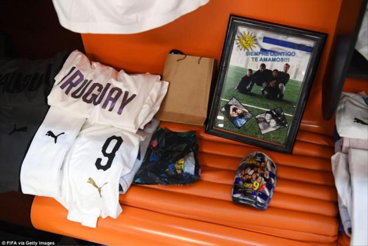 """Tiền đạo Luis Suarez của ĐT Uruguay để bức ảnh gia đình với dòng chữ: """"Luôn bên anh. Mẹ con em yêu anh""""."""