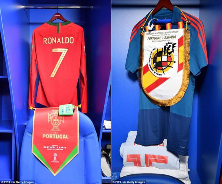 Ngăn đựng đồ của Cristiano Ronaldo và Sergio Ramos trước trận đấu giữa Bồ Đào Nha và Tây Ban Nha (rạng sáng 16/6).