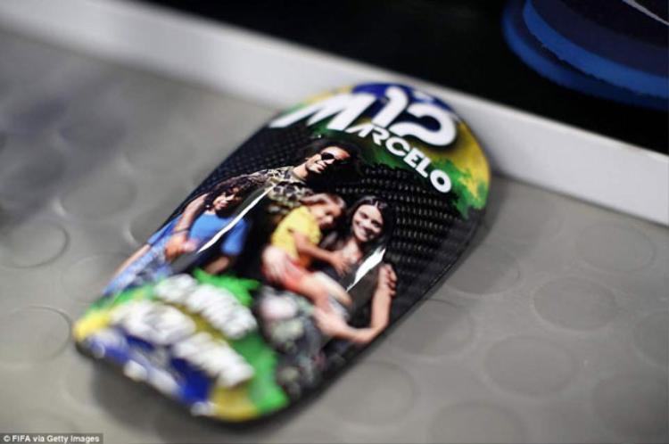 Ốp chân của hậu vệ Marcelo (Brazil) cũng in hình thành viên trong gia đình.