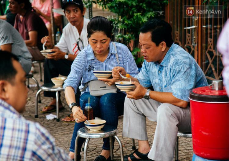 Quán cô Tư nằm trên vỉa hè con đường Nguyễn Hữu Hào (quận 4).
