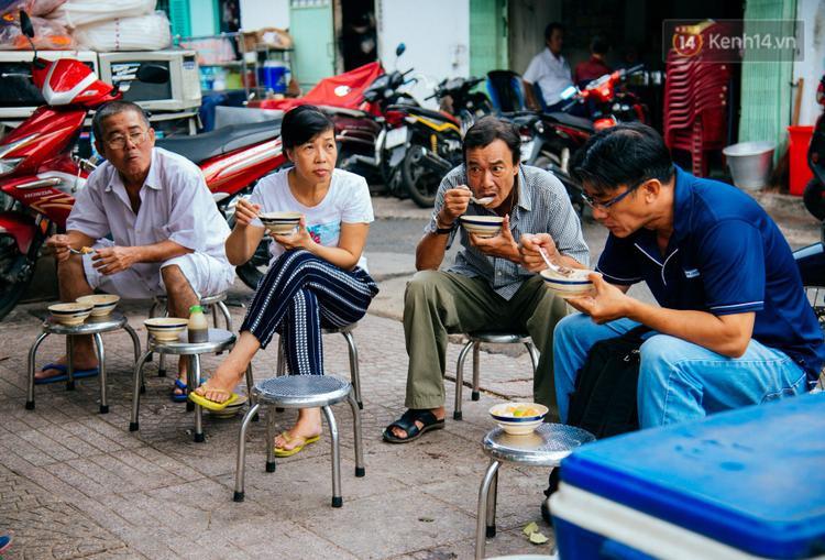 Quán cháo hào sảng giá 5.000 đồng/tô của cô Tư Sài Gòn: Nhà Tư không nợ nần gì, bán vầy là sống thoải mái rồi!