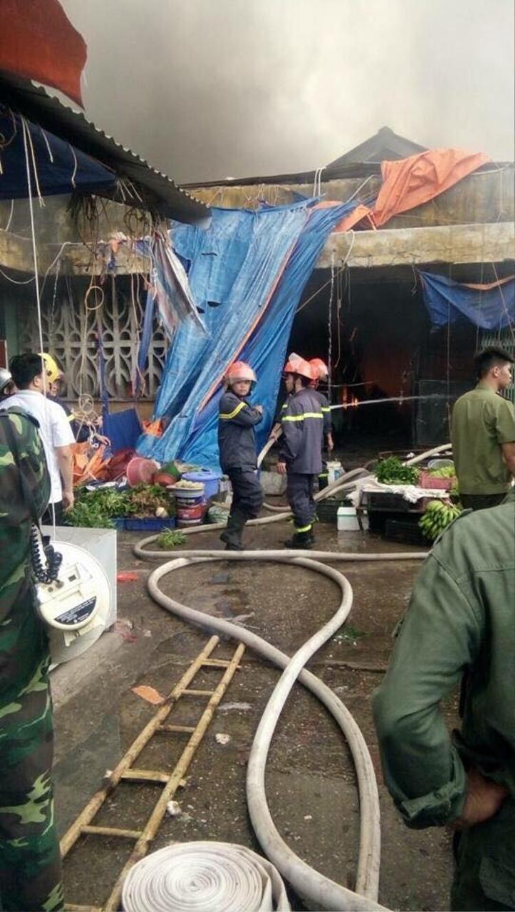 Lực lượng PCCC nhanh chóng có mặt dập tắt đám cháy.