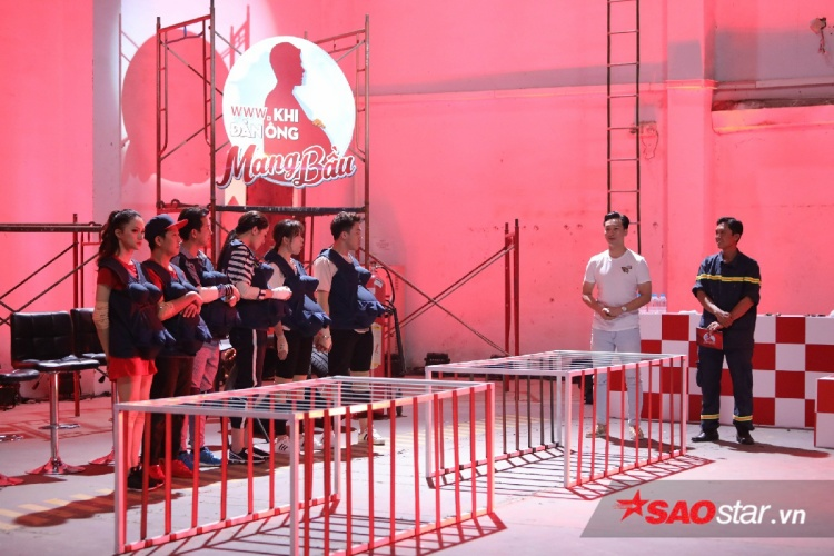 Các cặp đôi lắng nghe nhận xét và công bố kết quả của Đại úy Nguyễn Chí Thành.