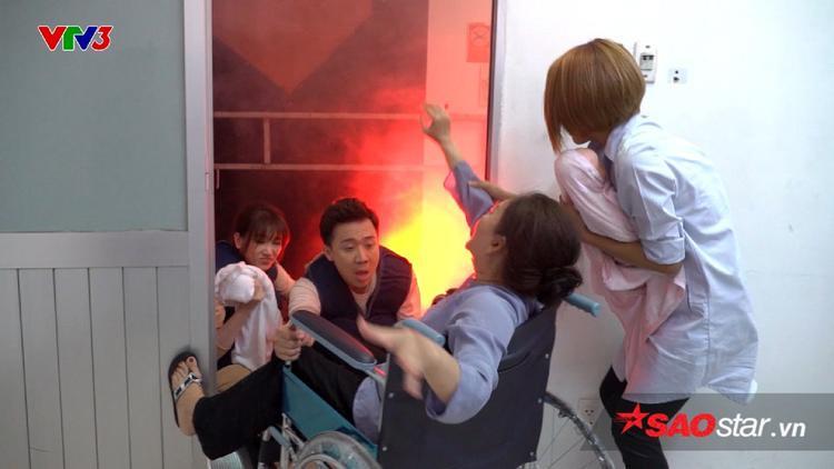 Gia đình Việt - Hàn đưa nạn nhân ra khỏi đám cháy.