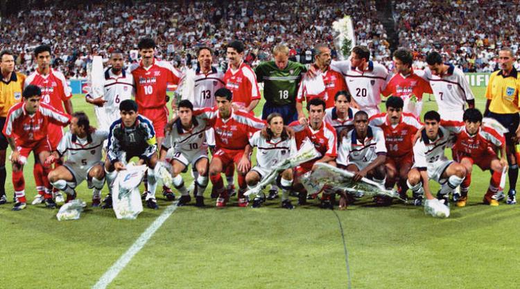 Các cầu thủ Mỹ và Iran chụp ảnh chung tại World Cup 1998.