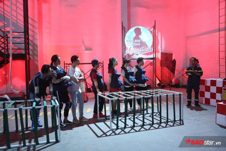 6 nghệ sĩ cùng MC Thành Trung tập trung lắng nghe kiến thức từ Đại úy Thành.