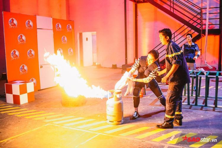 Các nghệ sĩ hào hứng nhưng cũng không kém phần e ngại khi thực hành khóa bình gas.