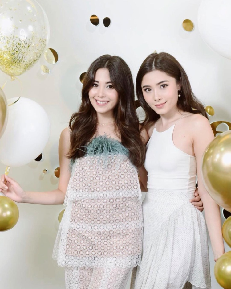 Hai chị em ngoài việc sở hữu vẻ ngoài xinh đẹp giống nhau như tượng tạc thì họ còn có gu thời trang tương đồng, đều yêu thích sự nữ tính, dịu dàng.