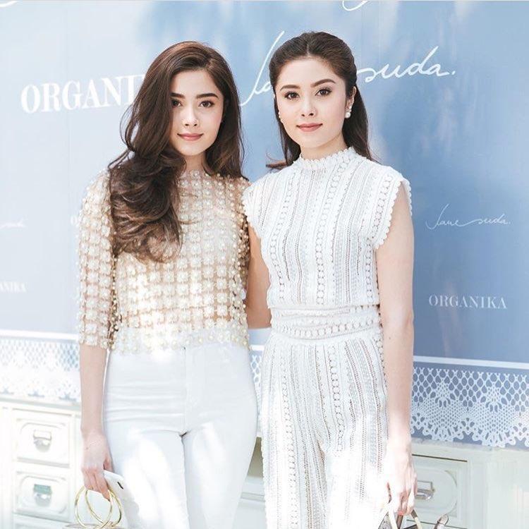 Dù yêu thích váy đầm nhưng đôi khi cặp song sinh cũng thử nghiệm các trang phục cá tính hơn như jumsuit.