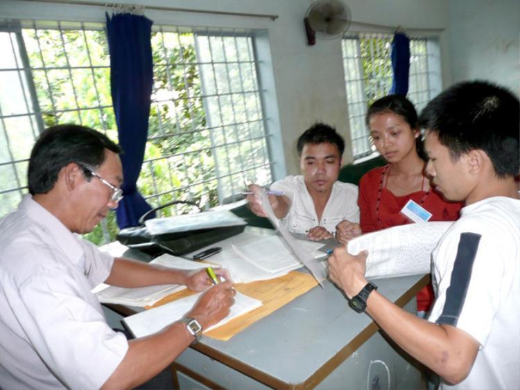 Thí sinh tham gia đợt thi lại tại Trường CĐ Trang trí mỹ thuật Đồng Nai năm 2008. Ảnh: Thanh niên.