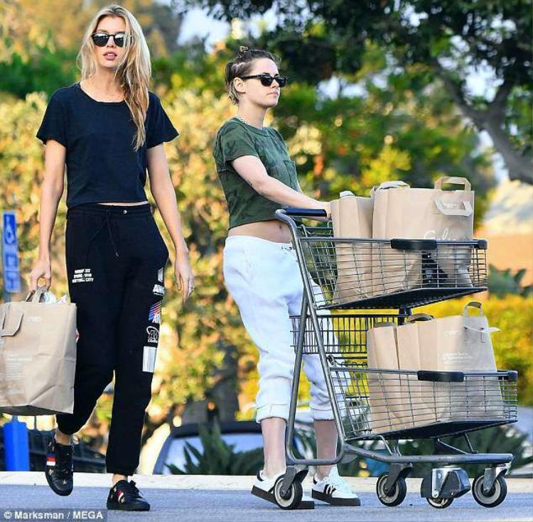 Mặc tin đồn tái hợp với Robert Pattinson, Kristen Stewart vẫn vui vẻ đi mua sắm cùng bạn gái