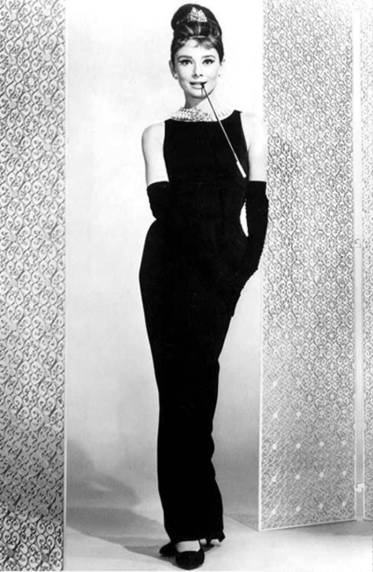 Bộ đầm đen huyền thoại trong phim Breakfast at Tiffany's được Audrey kết hợp duyên dáng với giày bệt đen.