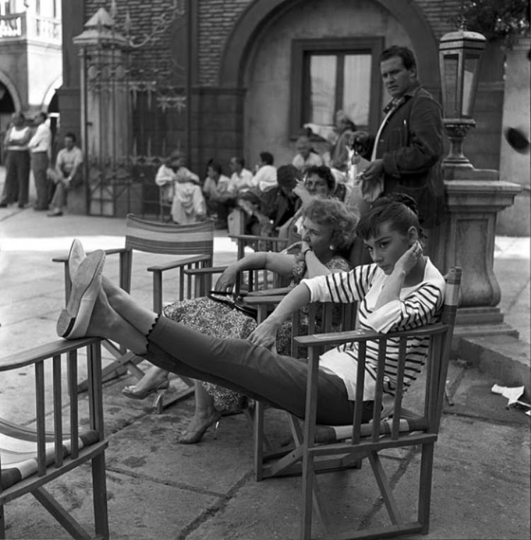 Ảo kẻ sọc phối cùng quần ống lửng và giày đế bệt là một combo trẻ trung năng động mà giới trẻ ngày nay vẫn có thể học tập theo.