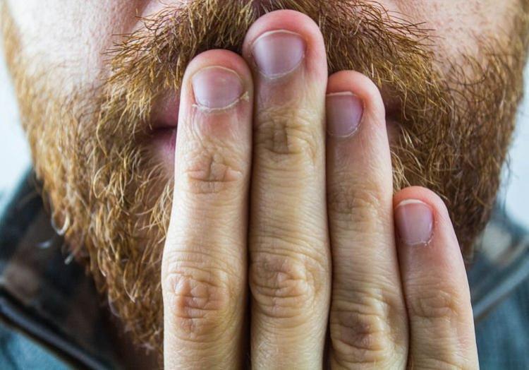 Chứng bệnh của Neil được xác định là do thanh quản ngăn cản khí thoát ra khỏi cổ họng.