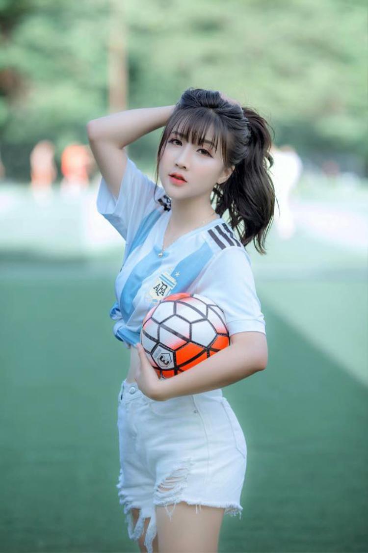 Ngoài đam mê bóng đá, Linh Hương còn thích ca nhạc. Thời gian tới cô bạn dự định sẽ tham gia vào một số hoạt động nghệ thuật của trường để có thêm nhiều kinh nghiệm hơn cho bản thân.