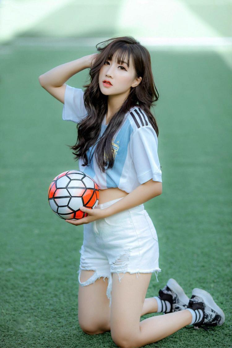 Xuất hiện trong bộ ảnh thể thao mới đây, Linh Hương khiến dân mạng phải ghen tỵ bởi nhan sắc đẹp ngọt ngào.