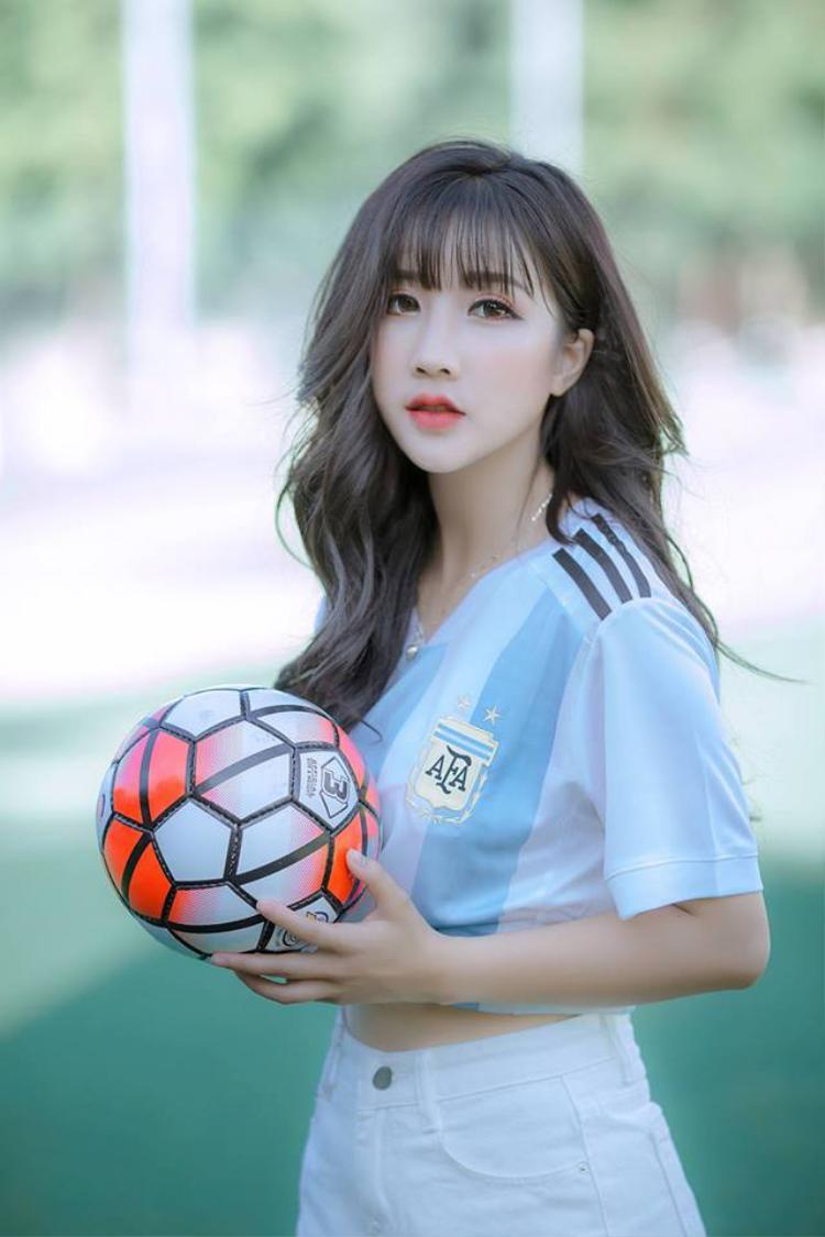 Ngắm dung nhan đẹp mê hoặc lòng người của nữ sinh Đại học Nội vụ cổ vũ nhiệt tình cho Messi mùa World Cup