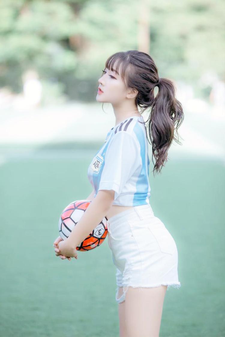 Hương chia sẻ, từ nay tới hếtWorld Cupsẽ toàn là các trận cầu nóng bỏng. Vì thế dù lịch làm việc bận bịu, cô vẫn sẽ thức đêm để tận hưởng trọn vẹn không khí bóng đá.