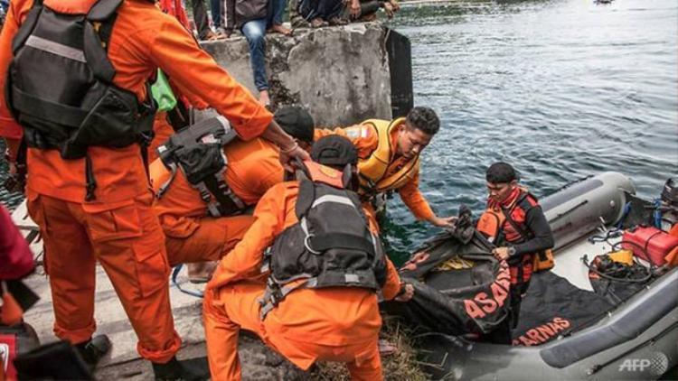 Đội cứu hộ đưa người tử nạn lên bờ. Ảnh: AFP.