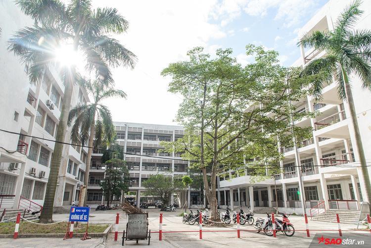 Đại học Bách khoa có sân bóng tiêu chuẩn quốc gia, một nhà thi đấu đa năng tiêu chuẩn Đông Nam Á, một bể bơi và sân tennis…
