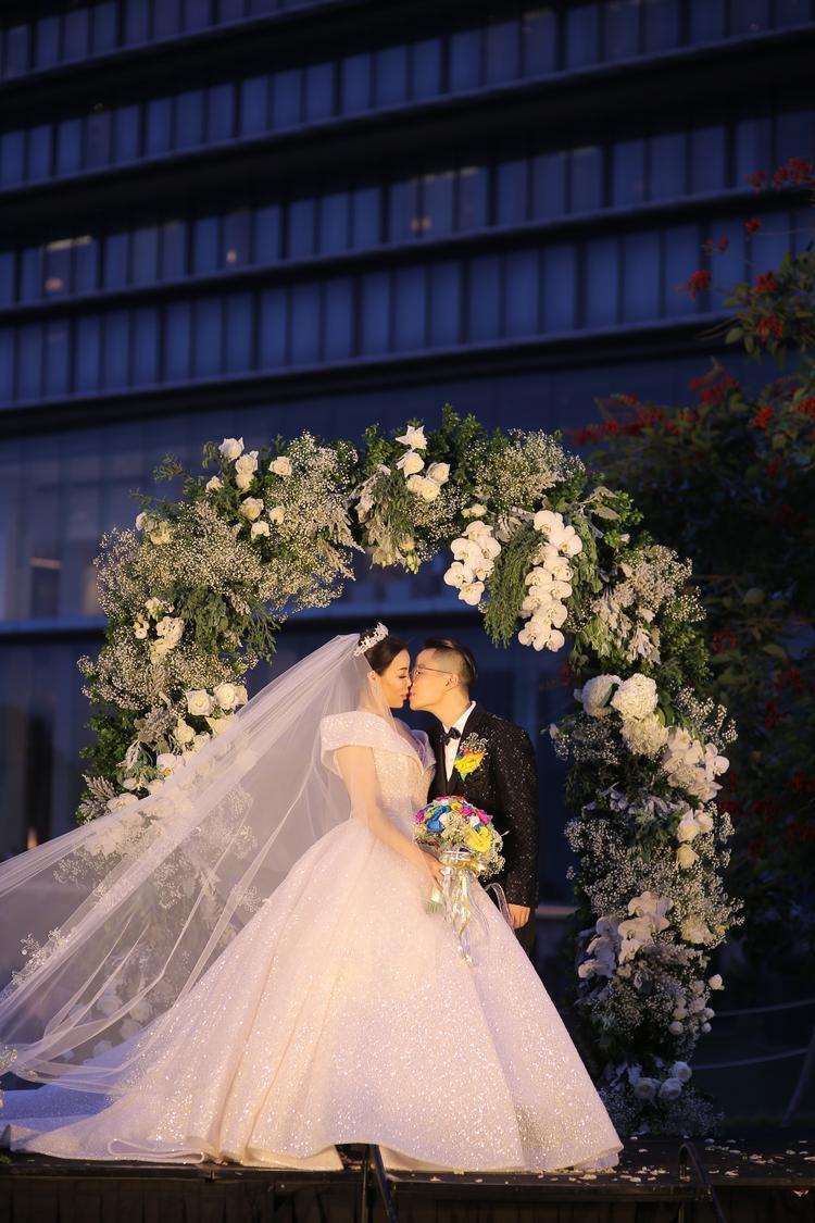 Khoảnh khắc đẹp của Tú Lơ Khơ và vợ trong đám cưới