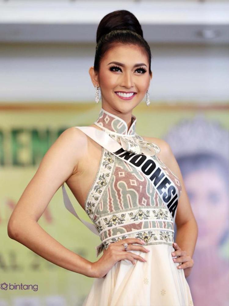 Đương kim Miss International - Hoa hậu quốc tế người Indonesia - Kevin Lilliana.