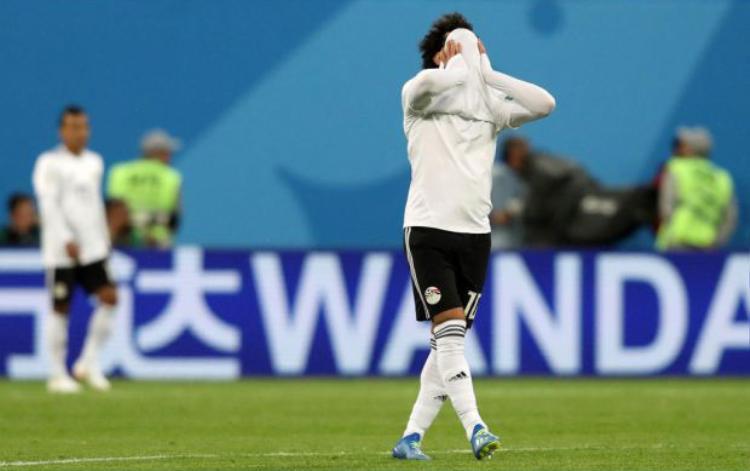 Salah tỏ ra chán nản, buồn bã khi đội tuyển Ai Cập bị loại. Ảnh: Getty.