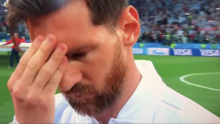 Messi liên tục đưa tay lên vùng trán tỏ vẻ căng thẳng ngay trước khi bắt đầu trận đấu. Ảnh: AFP.