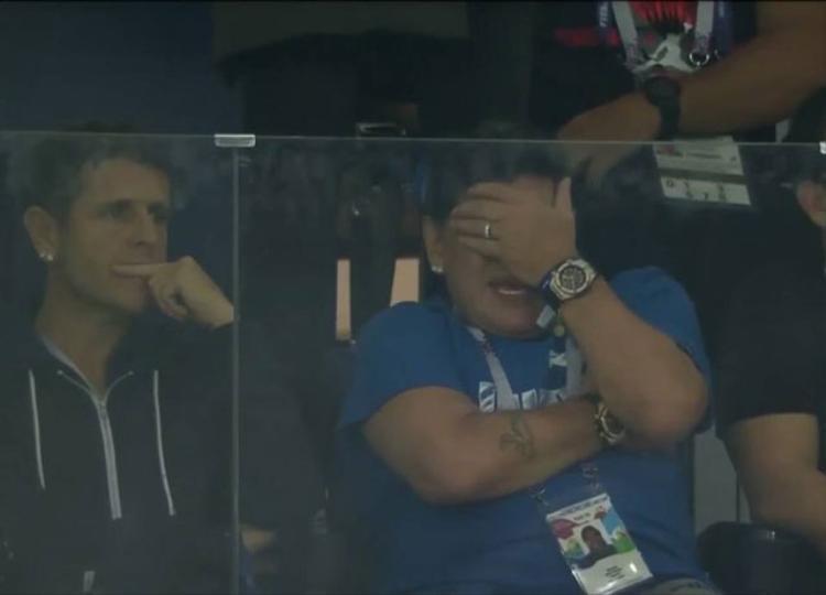 """Thế nhưng, màn cổ vũ của Maradona có vẻ không mang tới may mắn cho Argentina khi họ bị Croatia đánh bại với tỷ số 3-0. Qua đó đánh mất quyền tự quyết trong việc giành vé vào vòng 1/8 World Cup 2018. Đến lúc này, """"Cậu bé vàng"""" mới cảm thấy thất vọng khi che kín mặt, không dám nhìn trận đấu."""