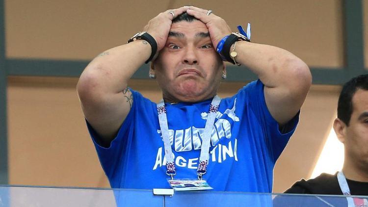 Hành động cực kỳ khó hiểu của Maradona khi chứng kiến Argentina đứng trước nguy cơ lần đầu tiên sau 60 năm bị loại ngay từ vòng bảng World Cup.