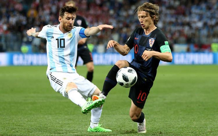 Messi bị cô lập giữa vòng vây đội tuyển Croatia. Ảnh: Fifa.com.