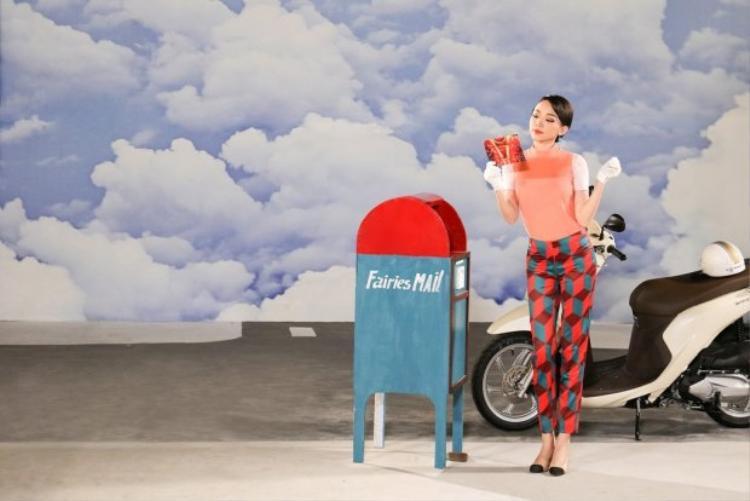 Đặc biệt, nữ ca sĩ còn khéo léo thể hiện tình cảm với FC Fairies trong một phân cảnh có hộp thư cùng tên fanclub.