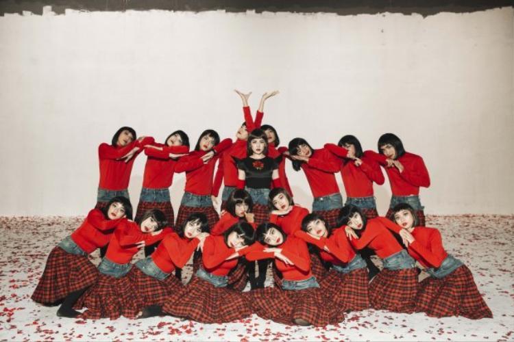 Để có thể thực hiện cảnh quay với hiệu ứng đặc biệt cho MV lần này, Chi Pu và dancer còn phải tập nhảy ngược lại nhiều phân đoạn.