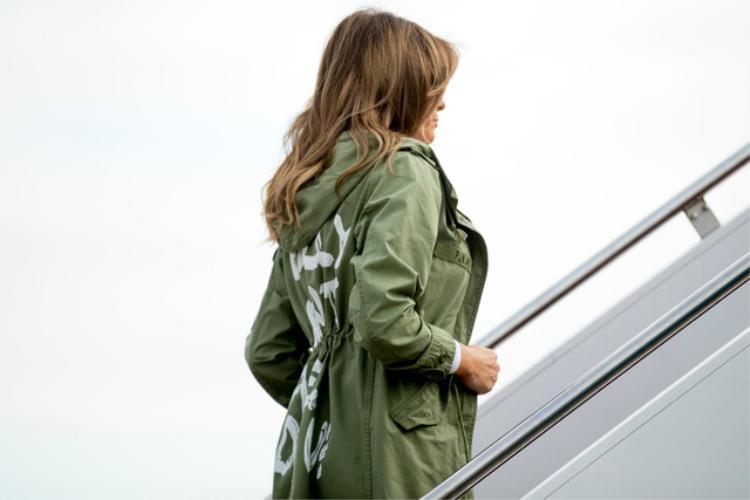 """Bà Melania mặc áo khoác xanh với dòng chữ """"Tôi không quan tâm"""". (Ảnh: Reuters)"""