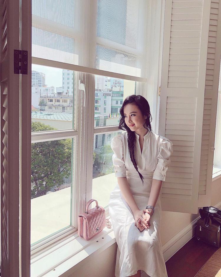 Phải công nhận rằng một Angela Phương Trinh không gây sốc không phô phang thì lại càng xinh đẹp, ngọt ngào những vẫn cực kì thu hút.