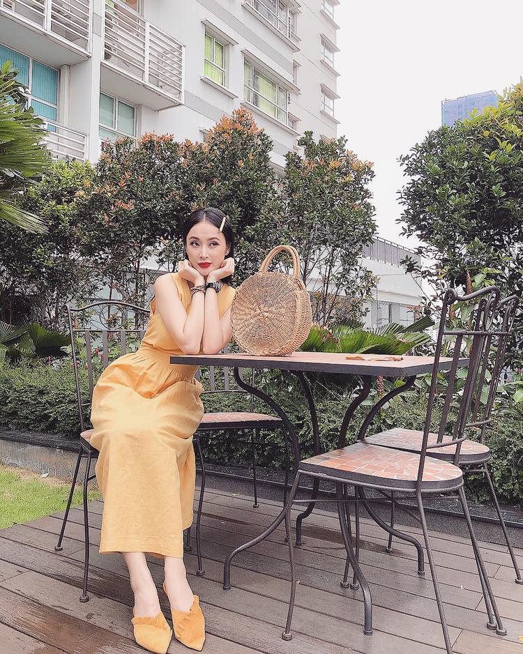 Dịu dàng với đầm vầng tông xuyệt tông với giày nhọn đế bệt kiểu dáng điệu đà, nhấn nhá là một chiếc túi cói hot trend mùa hè này.