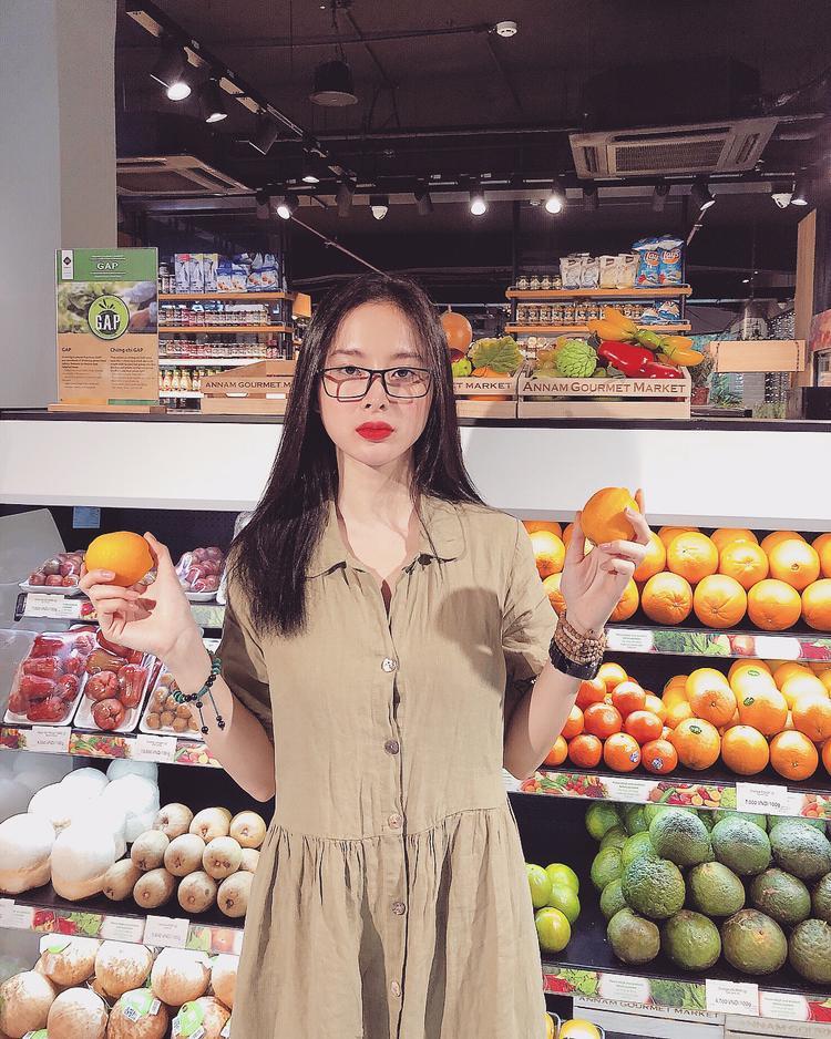 Thêm 1 chiếc kính cận và đầm vintage tối giản là trông Angela Phương Trinh như biến thành một người khác.