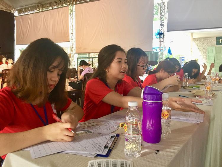 Chọn tham gia vào các công việc hỗ trợ, giải đáp thắc mắc cho người hiến máu để giúp đỡ cộng đồng