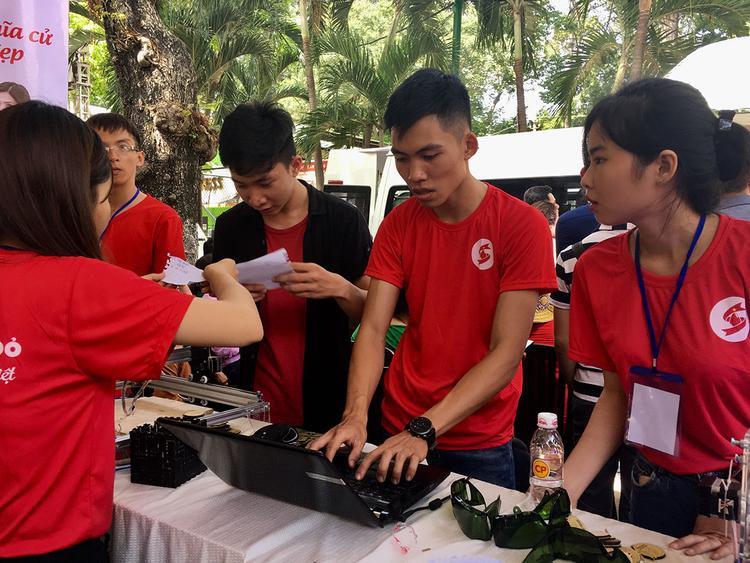 Bất chấp nắng nóng gay gắt, sinh viên Sài Gòn vẫn xuống đường hiến máu tình nguyện để cứu người