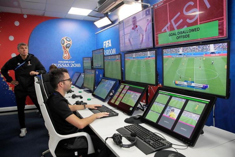 Phòng vận hành video của nhóm V.A.R được kết nối với 12 sân vận động World Cup thông qua hệ thống cáp quang.