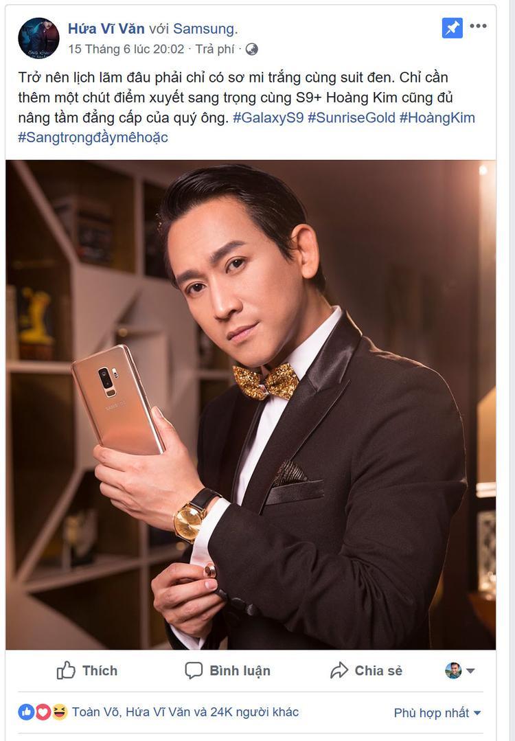 Đẳng cấp quý ông lịch lãm, thành công của nam thần Hứa Vĩ Văn với sự kết hợp của set đồ vest đen mạnh mẽ và các món phụ kiện vàng phiên bản Hoàng Kim ấn tượng, tất nhiên không thể thiếu điểm nhấn là chiếc Galaxy S9+ Sunrise Gold mới.