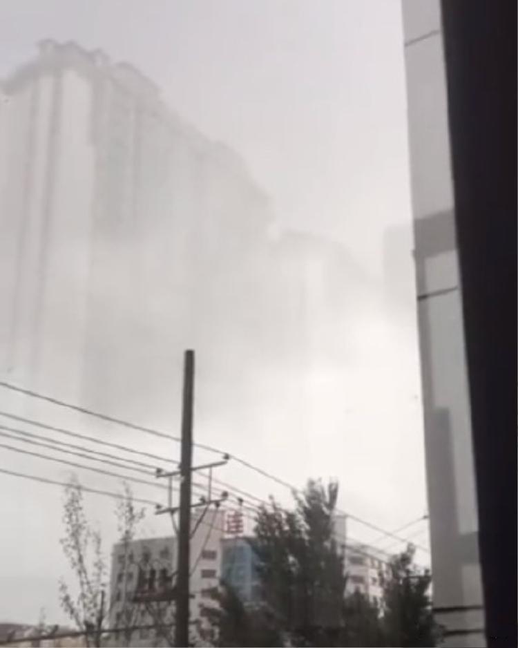 Vào ngày 19/6 vừa qua, thành phố Cáp Nhĩ Tân, tỉnh Hắc Long Giang, Trung Quốc bất ngờ xuất hiện hiện tượng ảo ảnh trên mây, khiến dư luận xôn xao. Theo đó, ảo ảnh này có hình hơn 10 tòa nhà cao tầng, xuất hiện trên những tầng mây.