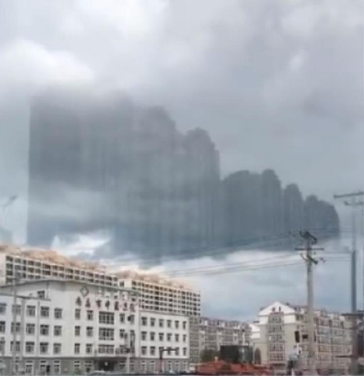 Theo thông tin đăng tải, trước khi xuất hiện những ảo ảnh này, thời tiết tại thành phố ngày hôm đó cũng đột nhiên thay đổi liên tục. Ban đầu, trời âm u nhiều mây nhưng sau đó nắng to trở lại. Tiếp đó, trời đổ mưa rất to và cuối cùng là mưa đá.