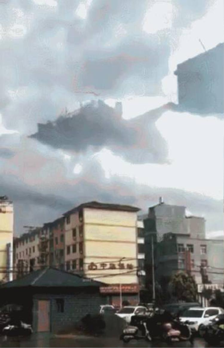 Giải thích về việc xuất hiện những ảo ảnh trên mây, bà Phương Lệ Quyên, phó giám đốc đài khí tượng thành phố Cáp Nhĩ Tân cho biết, đây thực chất là một kiểu khúc xạ ánh sáng. Ảo ảnh xuất hiện là do ánh sáng bị bẻ cong lúc chiếu xuyên qua không khí ở nhiều nhiệt độ sai biệt khác nhau.